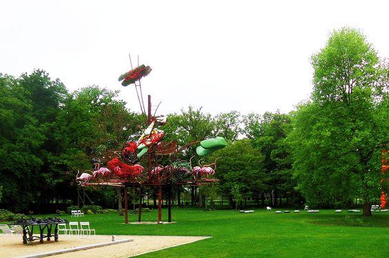 """""""Prolong"""" van het kunstenaarsduo Heringa / van Kalsbeek uit 2000. Het werk roept met zijn beweeglijke vormen en veelkleurig palet associaties met zowel de barokkunst als abstract expressionisme. De enige herkenbare elementen zijn de roze flamingo's in de onderste zone, maar wie zich overgeeft aan zijn fantasie kan ook in het gehele kunstwerk een reusachtige vogel ontdekken."""