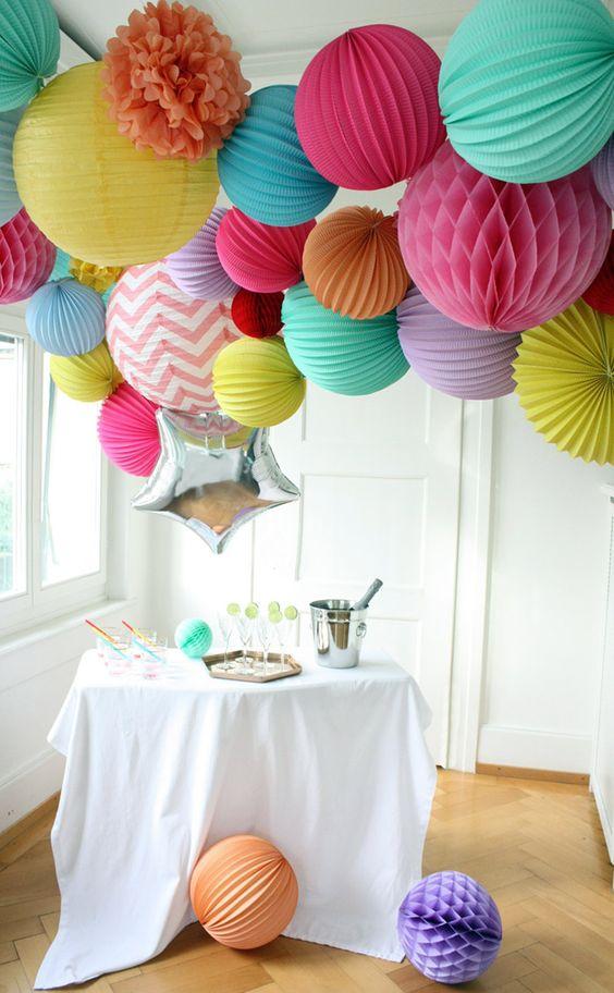 Décoration couleurs flashy, anniversaire, réveillon et boum! www.sous-le-lampion.com lampions et lanternes  || Bright colors New Year's Eve party, birthday party, neon decor paper lanterns