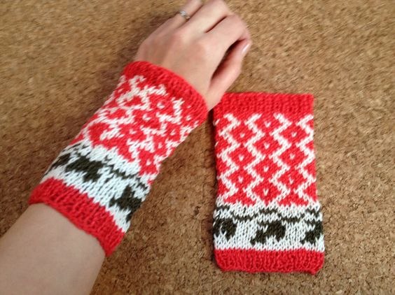 きれい色のコットン糸でリストカバーを編みました。 編みこみ模様がほっこりしていてかわいいです。 手首から親指の付け根までをすっぽりつつんで肌寒いときや日差しか...|ハンドメイド、手作り、手仕事品の通販・販売・購入ならCreema。