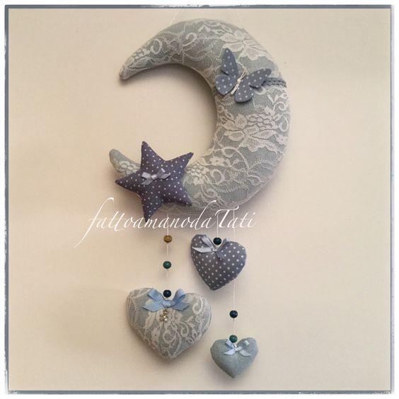 Fiocco nascita luna in cotone jeans e pizzo con stella,farfalla e tre cuori. FIOCCO NASCITA FARFALLINA. BIMBA, BIMBO, NASCITA, FARFALLA, ROSA, AZZURRO, CELESTE, FEMMINA, MASCHIO