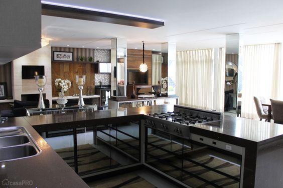 Integração une churrasqueira, cozinha e até lareira em casa do Paraná - Casa