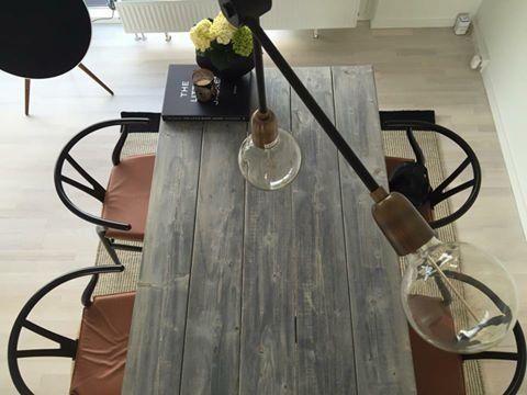 ELSKER plankebordet og lampen med   DESIGNRUM INDRETNING OG BLOG Boligindretning til private og erhverv.