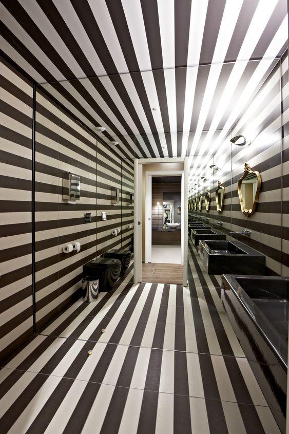 Svart vitt randigt. En klassisk kombination som blir modernt och nytänkande i ett badrum.