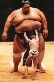 Le premier yokosuna non japonais d'origine, Akebono Taro - né Chadwick (« Chad ») George Ha'aheo Rowan à Hawaï, USA affrontant un redoutable adversaire : ) ps : Akebono veut dire 'aurore' en japonais