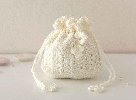 ラメ入りの糸で編んだ巾着です