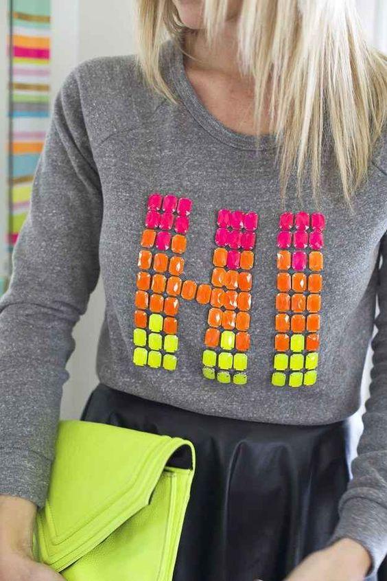 Actualiza un suéter liso o una camiseta gruesa con joyas que puedes pegar de forma sencilla.: