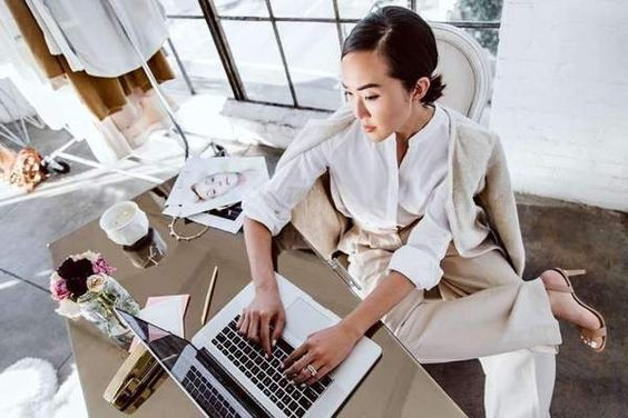 Mujer en su escritorio trabajando
