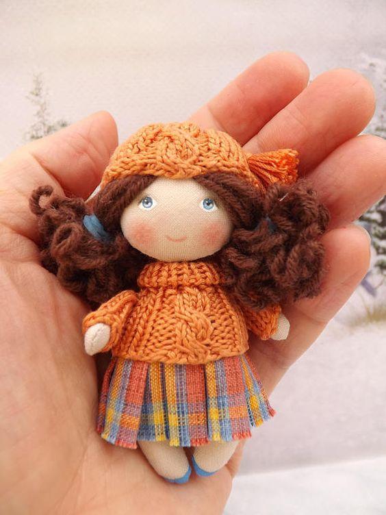 Petite poupée en tissus OOAK fait main pour la maison de