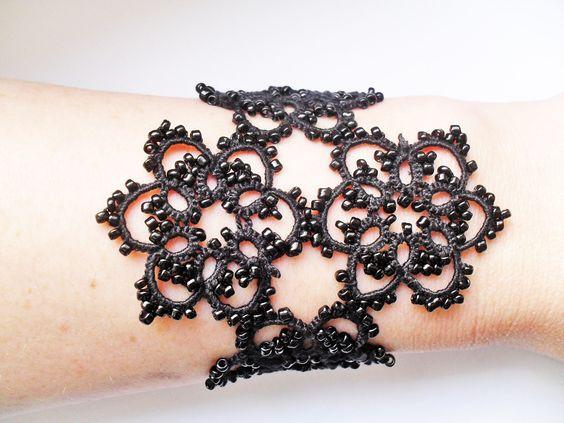 Bracelet dentelle noire, frivolite ,style gothique romantique ,rock : Bracelet par carmentatting