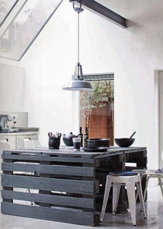 Une table de cuisine composée de palettes de bois