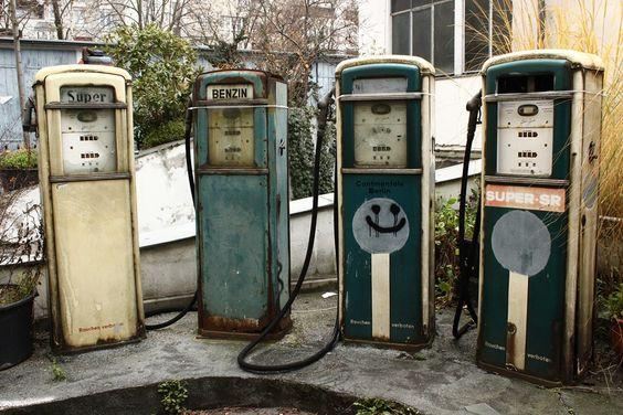 Sonntag, 30.11., 11:22 Uhr – Kreuzberg, alte Tankstelle in einem Hinterhof: Relikte aus alten Zeiten. © Eva Kejikova | Mit Vergnügen | Big in Berlin