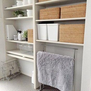洗面所もオープン棚の多い場所。収納用品のデザインを揃えるだけで、こんなにきれいにまとまるんですね。