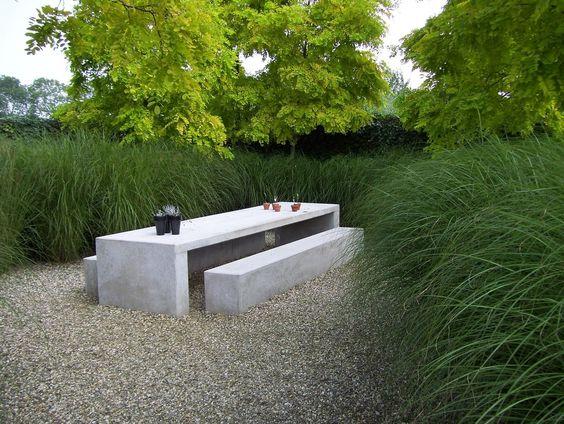Minimalistisch design tussen weelderige siergrassen. Concrete, gravel and tufting grass. A classic combination. #gardenroom #landscape #landarch