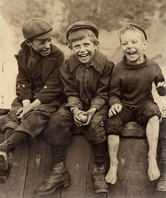 +~+~ Vintage Photograph ~+~+   Adore this photo of three happy boys by  Frank Meadow Sutcliffe.