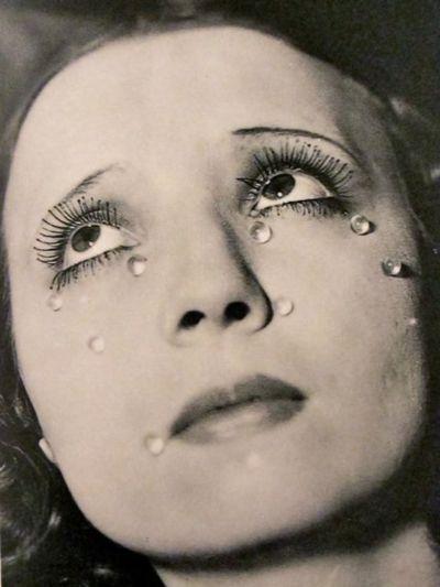 Man Ray - Tears, 1930 photographe surréaliste J'aime le côté dramatique dans l'image. Je trouve la cadrage très intéressant et hors du commun.