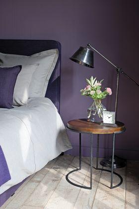 Belle teinte violet foncé dans une chambre
