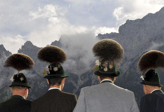 Des hommes participent au concours annuel de port de gamsbart, des ornements de chapeaux traditionnels bavarois faits de poils de chamois, Mittenwald (Allemagne), le 14 octobre 2012.