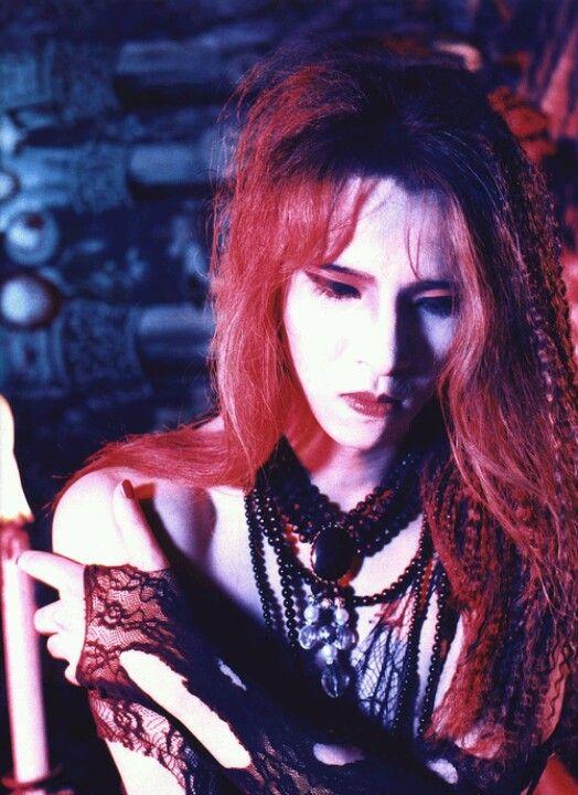シースルーの衣装を着ている赤髪のXJAPAN・YOSHIKIの画像