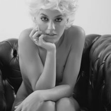 Coupe Courte Femme Club Glamour Platine Souple Boucle Cheveux Leturgie Collection Coiffure Noir Blanc Nb