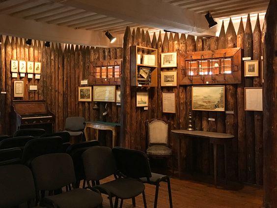 Справа столик М.А. Бестужева на экспозиции Музея декабристов, Чита. Фото: Evgenia Shveda