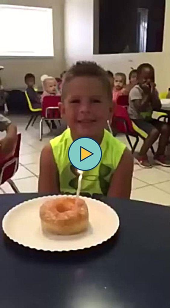 Olha o menino no fundo