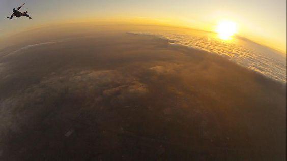 Sportlife fan Wouter Thijmen Borghart sprong twee weken geleden om half 8 's avonds uit het vliegtuig boven Teuge. Het leverde naast een vette sprong ook deze fantastische foto op. Foto: Loes Cuppen.