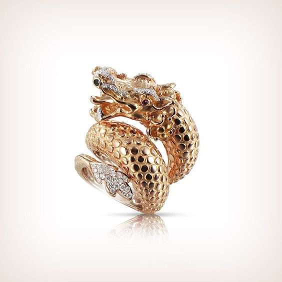 It's a dragon in rose gold, shining with diamonds and rubies, the spectacular ring worn by @badgalriri at Met Gala.
