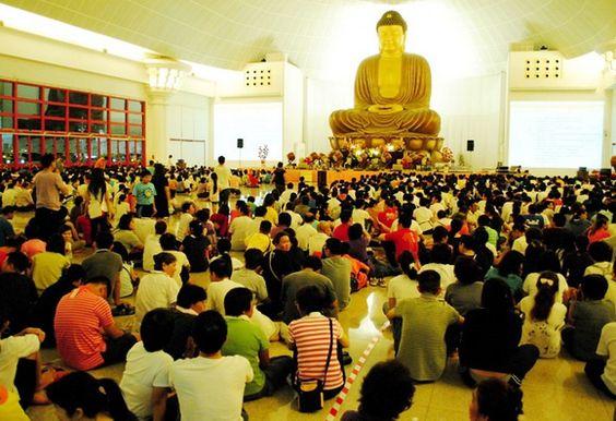 Sự thành kính của người dân Singapore khi ngồi dưới chân Phật