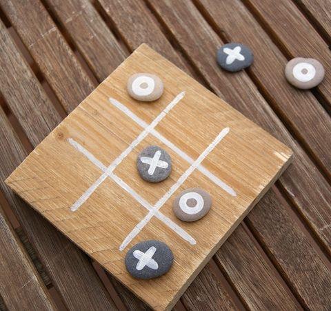 un morpion avec une plaque de bois et des galets peints galet pinterest cailloux chemise. Black Bedroom Furniture Sets. Home Design Ideas