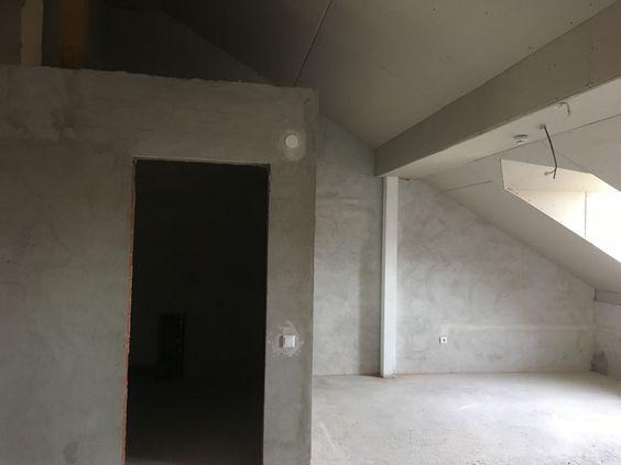 Вид на комнату и второй уровень над санузлом