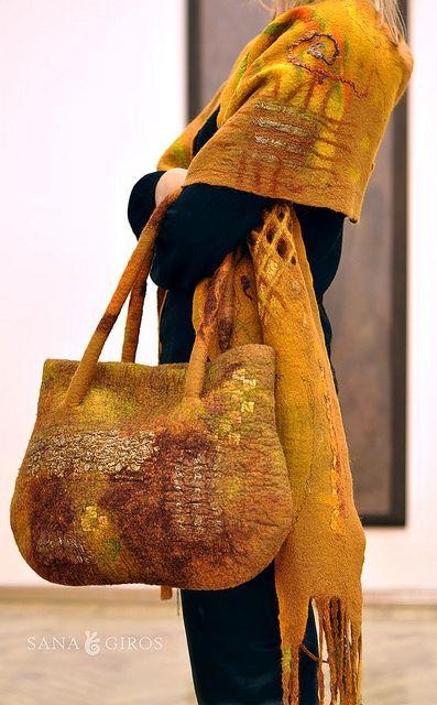 "Farb-und Stilberatung mit www.farben-reich.com - Nuno felted scarf and bag ""Aztec gold"""
