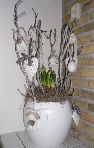 Zo makkelijk: Een mooie pot, takken erin steken met leuke decoratie, bloembollen in het midden en tadaaa.. voorjaar!