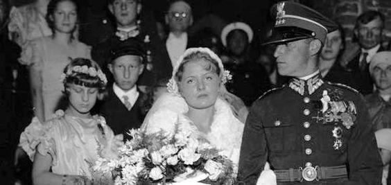 Ślub rtm. Franciszka Flataua z panną Kirstówną. Po lewej, jako druhny córki marszałka Piłsudskiego: Jadwiga i Wanda. Jako drużbowie dwaj najmłodsi oficerowie 1 Pułku Szwoleżerów Józefa Piłsudskiego (8 września 1934 r.). Fot. NAC.