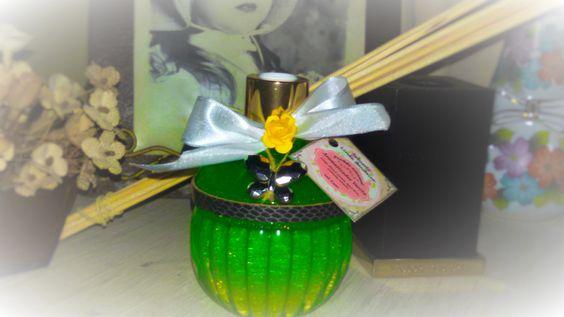 Aromatizante Difusor de Ambientes com Varetas com um delicioso aroma de Maça Verde, Limão Siciliano e um toque de Canela em um charmoso vidro com detalhe em couro de 270 ml