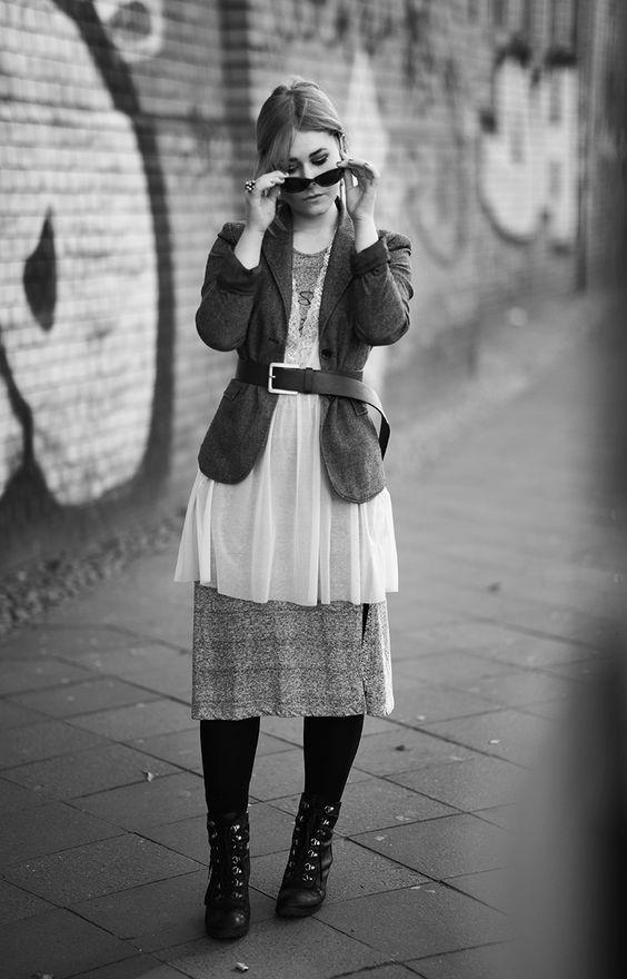 Influencer Christina Key trägt ein High Fashion Outfit mit einem Nachthemd und einem Blazer in Berlin