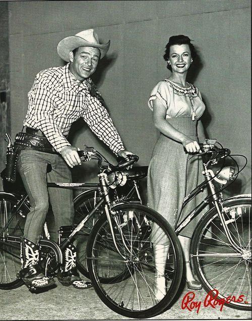 """Roy Rogers e Dale Evans ... Eu amo essa foto.  Esses lindos sorrisos.  Montando """"cavalos da cidade"""":) Esse é o meu tipo de cavalo"""