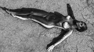 Resultado de imagen de mujer en el desierto