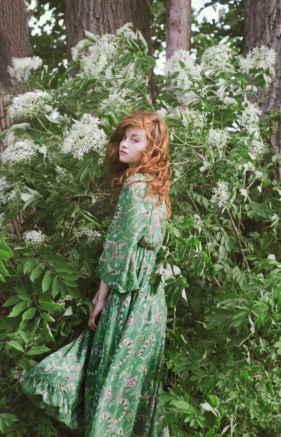 Vào mùa thu còn gì tuyệt vời hơn khi lựa chọn những chiếc váy maxi có gam màu tươi trẻ nhỉ ?