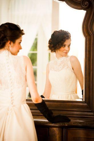 アーネラ クロージング(Anela Clothing) 上質なレースから透けるデコルテが大人の花嫁を演出