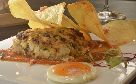Hambúrguer de bacalhaucom emulsão de tomate assado e batatas crocantes