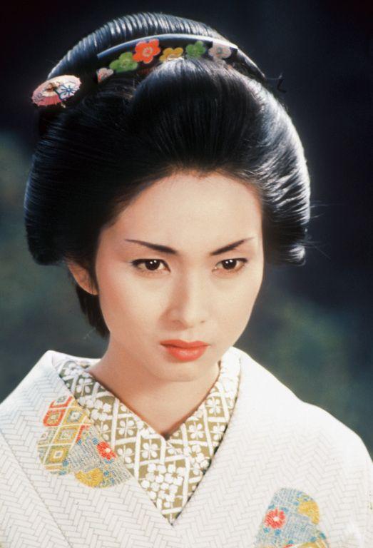 白い着物を着た和風の髪型が美しい梶芽衣子の画像