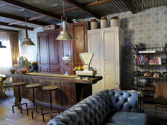 The Blue Coffee... sofás chester antiguos, las lámparas industriales recuperadas de viejas fábricas o el raído banco de carpintero que hace las veces de barra de bar.