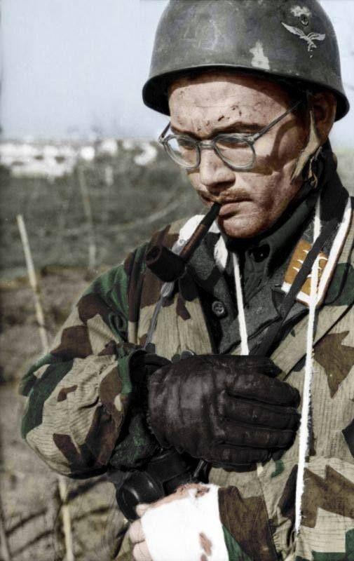 Ein Fallschirmfäger an der Cassino Front genehmigt sich eine wohl verdiente Pfeife