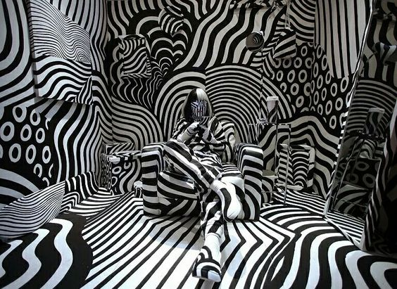「Room 32」时尚设计展,当代艺术家 松山茂树 Shigeki Matsuyama 的装置作品 #晕眩的房间 #dazzle_room 正在展出,日本 Japan 东京 Tokyo。这件装置作品采用强烈的黑白对比,灵感来源于一战期间的军事迷彩涂装,这种色彩对比强烈、交错分布的几何图案可以造成视觉误差,使敌人难以准确判断战舰的距离、速度和航向。摄影师:Shuji Kajiyama