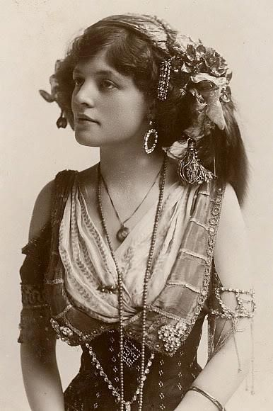 vintage gypsy girl what a lovely look