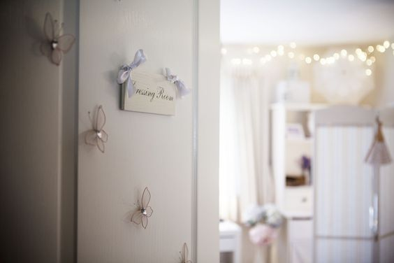 Pretty fairy lights glistening in the background. They make the room look very inviting and trés chic.