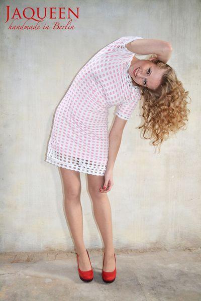 Extravagantes, stylisches Sommerkleid vom Berliner Label Jaqueen.     Das Kleid hat kurze Ärmel, ist leicht tailliert und knielang.    Das weiße Ob...