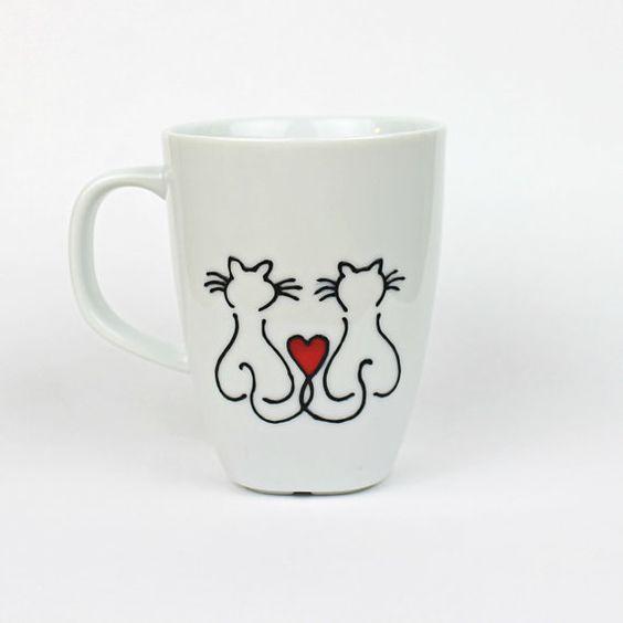 Taza de porcelana blanca con diseño minimalista, pintados con pintura de porcelana negro y rojo.  He mano jadeaba el love cats diseño en ambos lados.