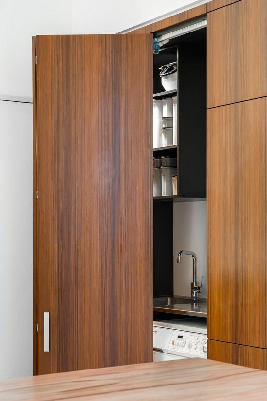 armarios puertas 3 A compact kitchen