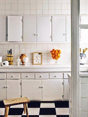 cozinha retro com piso quadriculado